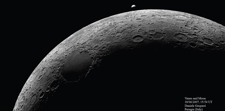 L'occultazione di Venere da parte della Luna ripresa il 18 giugno 2007 alle 17:54 del pomeriggio. Il filtro passa infrarosso da 700 nm ha aumentato in contrasto come se la foto fosse stata fatta di notte.