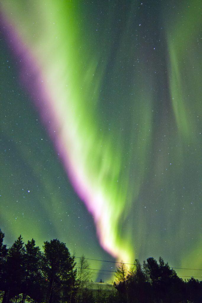 Tempesta magnetica, con indice Kp pari a 7: il cielo si accende di colori in movimento.