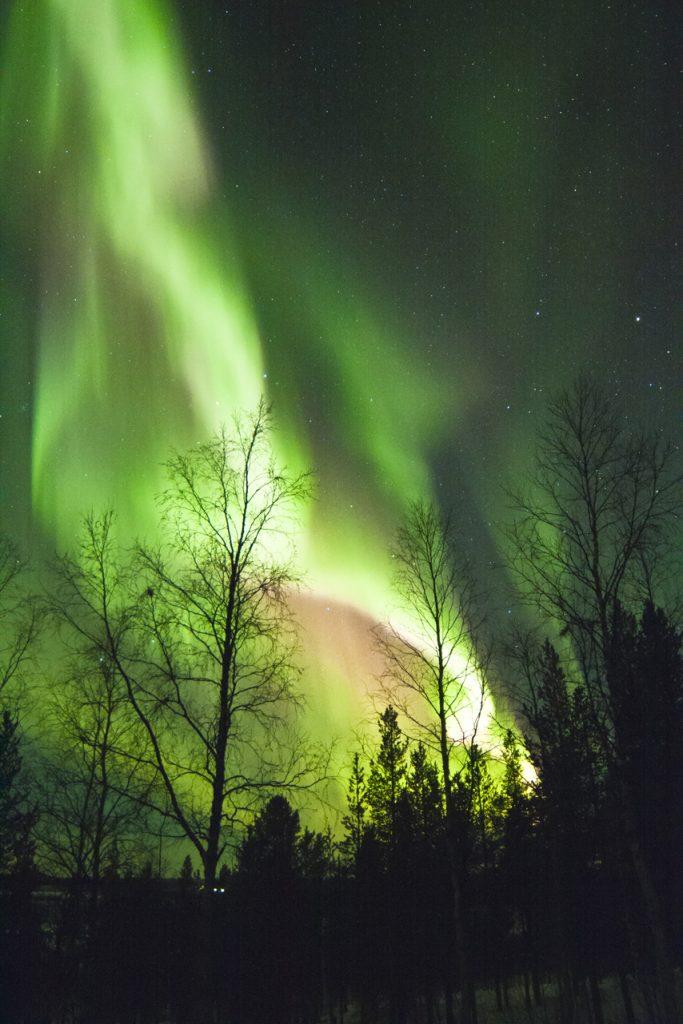Quando l'aurora fa sul serio diventa più luminosa delle stelle più brillanti, cancellandole letteralmente dal cielo.
