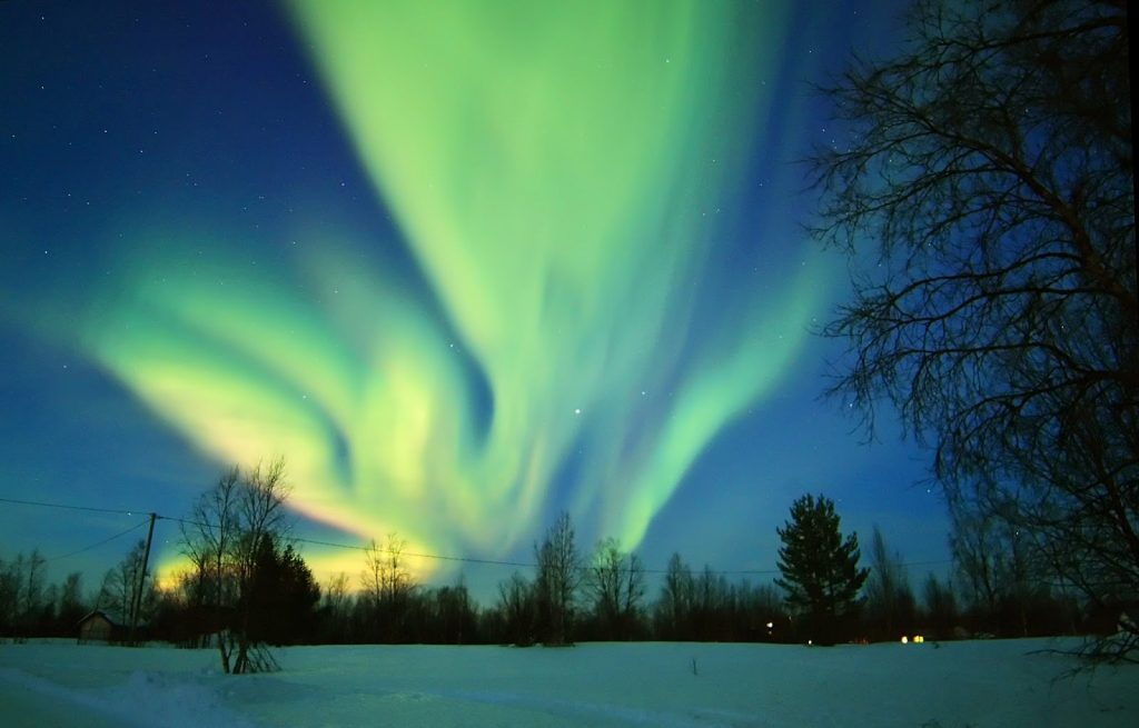 Una spettacolare aurora al tramonto, dal cortile di casa di un ospitale abitante di quelle fredde e spettacolari regioni.