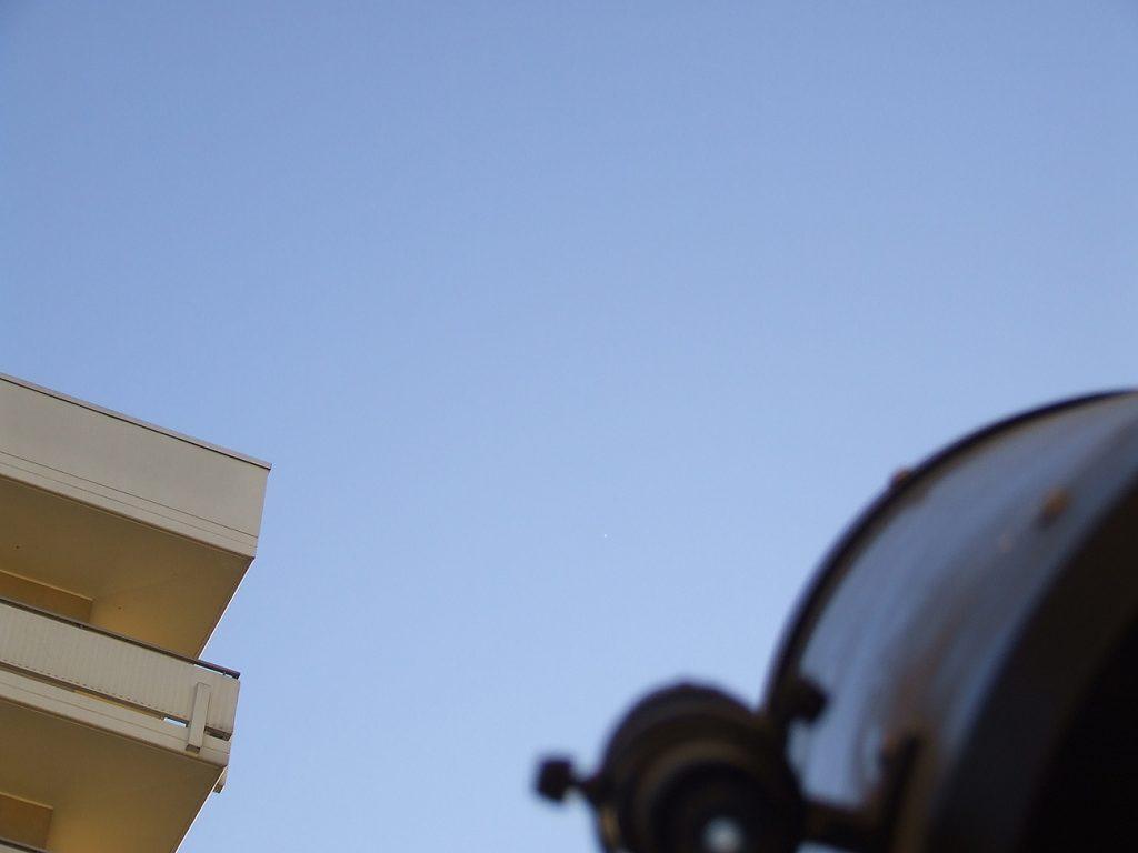 Venere di giorno si può rintracciare con facilità anche a occhio nudo, se sappiamo bene dove guardare. Riuscite a trovarlo in questa foto scattata con un cellulare?