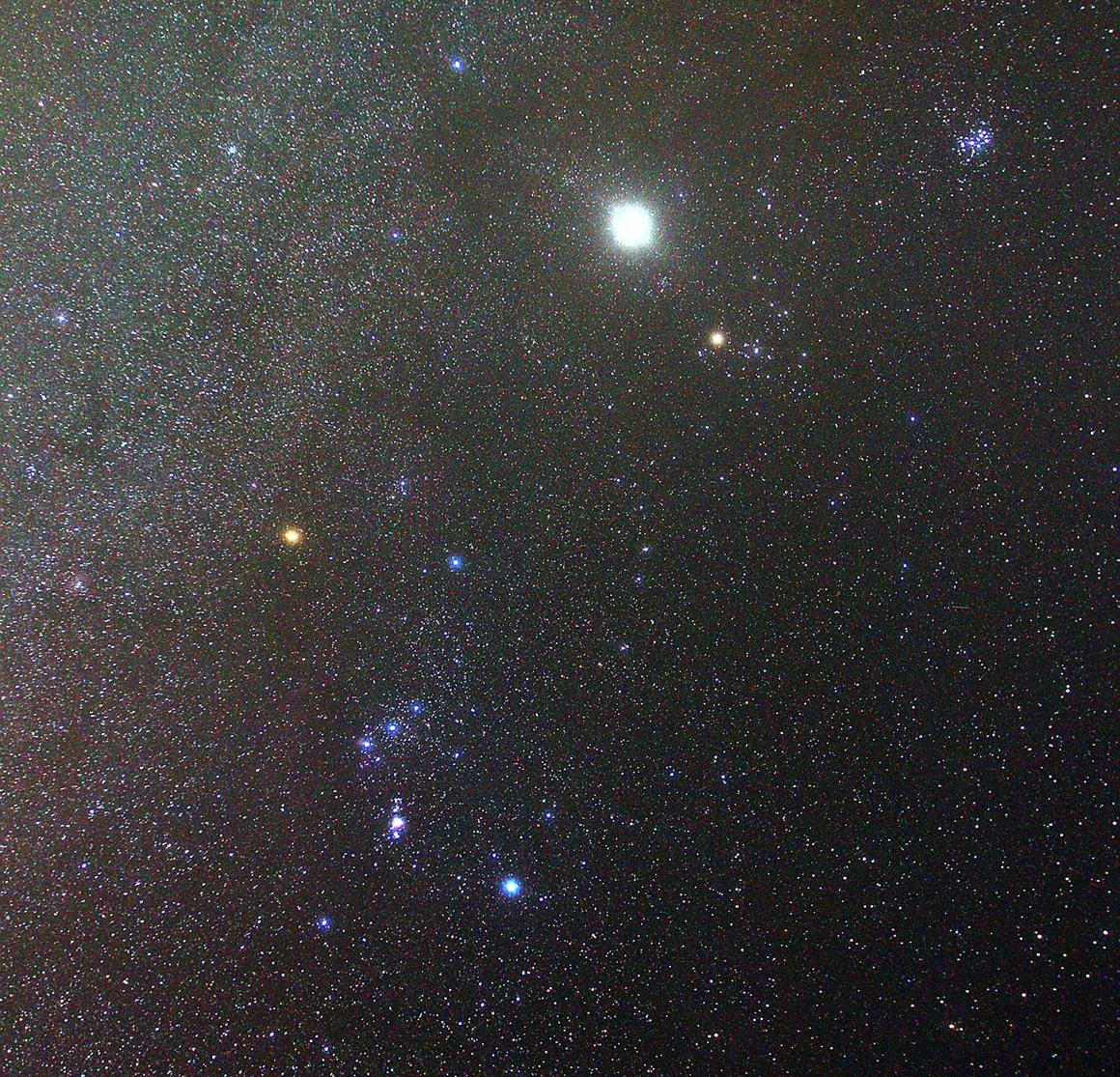 L'inconfondibile forma di Orione, in basso a sinistra, domina i cieli invernali. L'intruso luminoso è Giove, che nel 2012, anno di scatto di questa foto, si trovava nei paraggi.